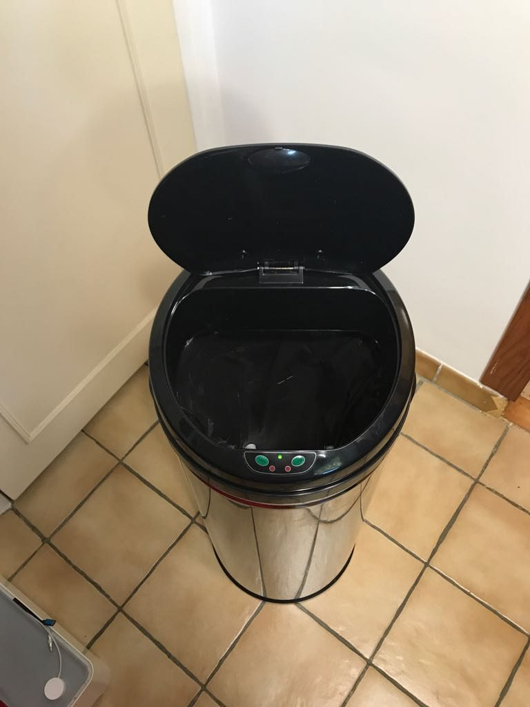 [Gadget] En cuisine la poubelle à détecteur de mouvement s'ouvre et se ferme toute seule en cuisine la poubelle à détecteur de mouvement s'ouvre et se ferme toute seule - poubelle high tech automatique idroid - [Gadget] En cuisine la poubelle à détecteur de mouvement s'ouvre et se ferme toute seule - idroid.fr